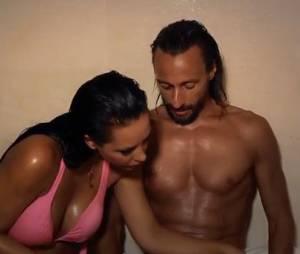 Laly de Secret Story très proche de Bob Sinclar dans un sauna.