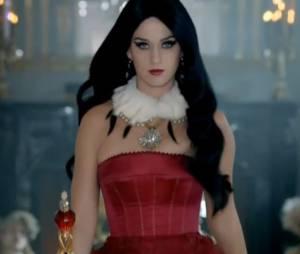 """Katy Perry dans la pub de son dernier parfum """"Killer Queen"""""""