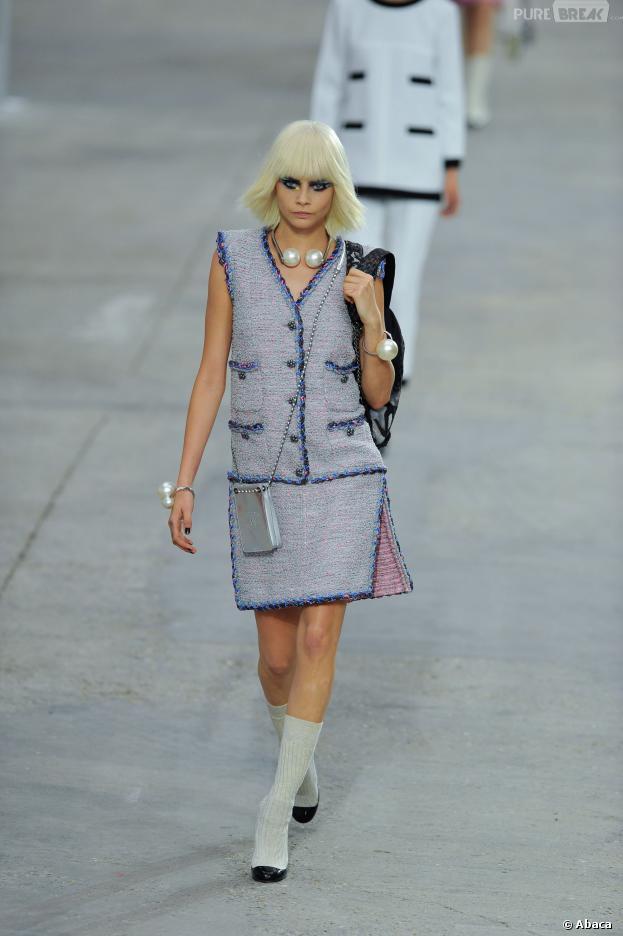 Cara Delevingne défile pour Chanel à la Fashion Week, le lundi 1er octobre 2013