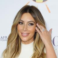 Kim Kardashian : robe moulante et bague de fiançailles sur le tapis rouge