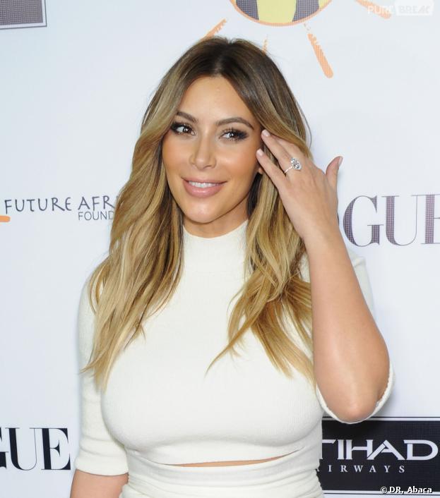 Kim Kardashian exhibe sa bague de fiançailles à Los Angeles le 24 octobre 2013.