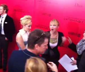 Jennifer Lawrence imite les photographes lors de l'avant-première d'Hunger Games l'embrasement le 20 novembre 2013 à New York