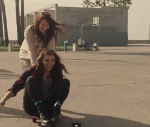 Rebecca Black, Saturday : un clip délirant avec une sosie de Miley Cyrus, un homme hot-dog et des poupées gonflables