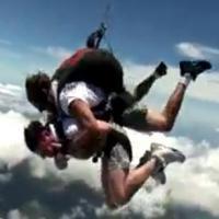 Filmé en train de frapper son client... pendant un saut en parachute
