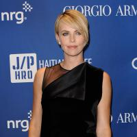 "Charlize Theron et Sean Penn en couple ? ""Bisou"" au gala Help Haiti Home"