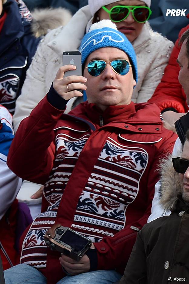 JO Sotchi 2014 : Dimitri Medvedev, le premier ministre russe, joue aux paparazzi en tribunes