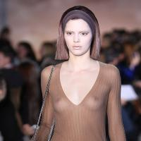 Kendall Jenner : ses seins se dévoilent lors d'un défilé pour Marc Jacobs