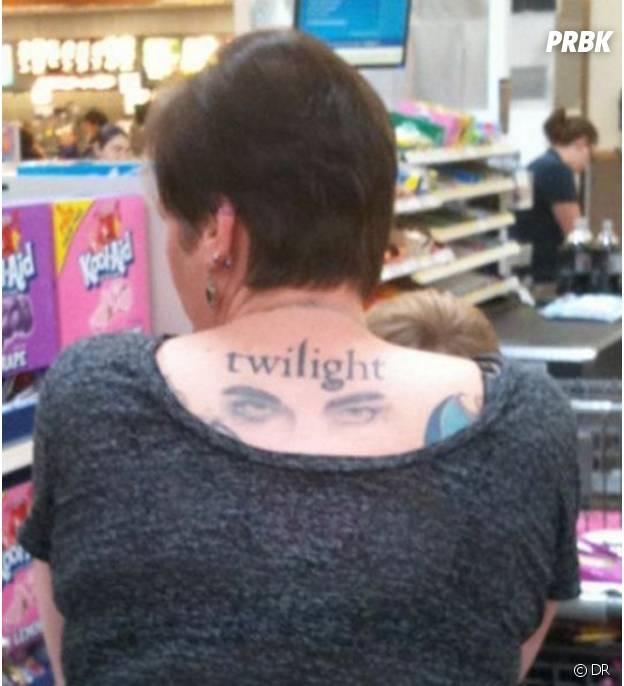 Twilight : une fan se tatoue la saga dans le dos