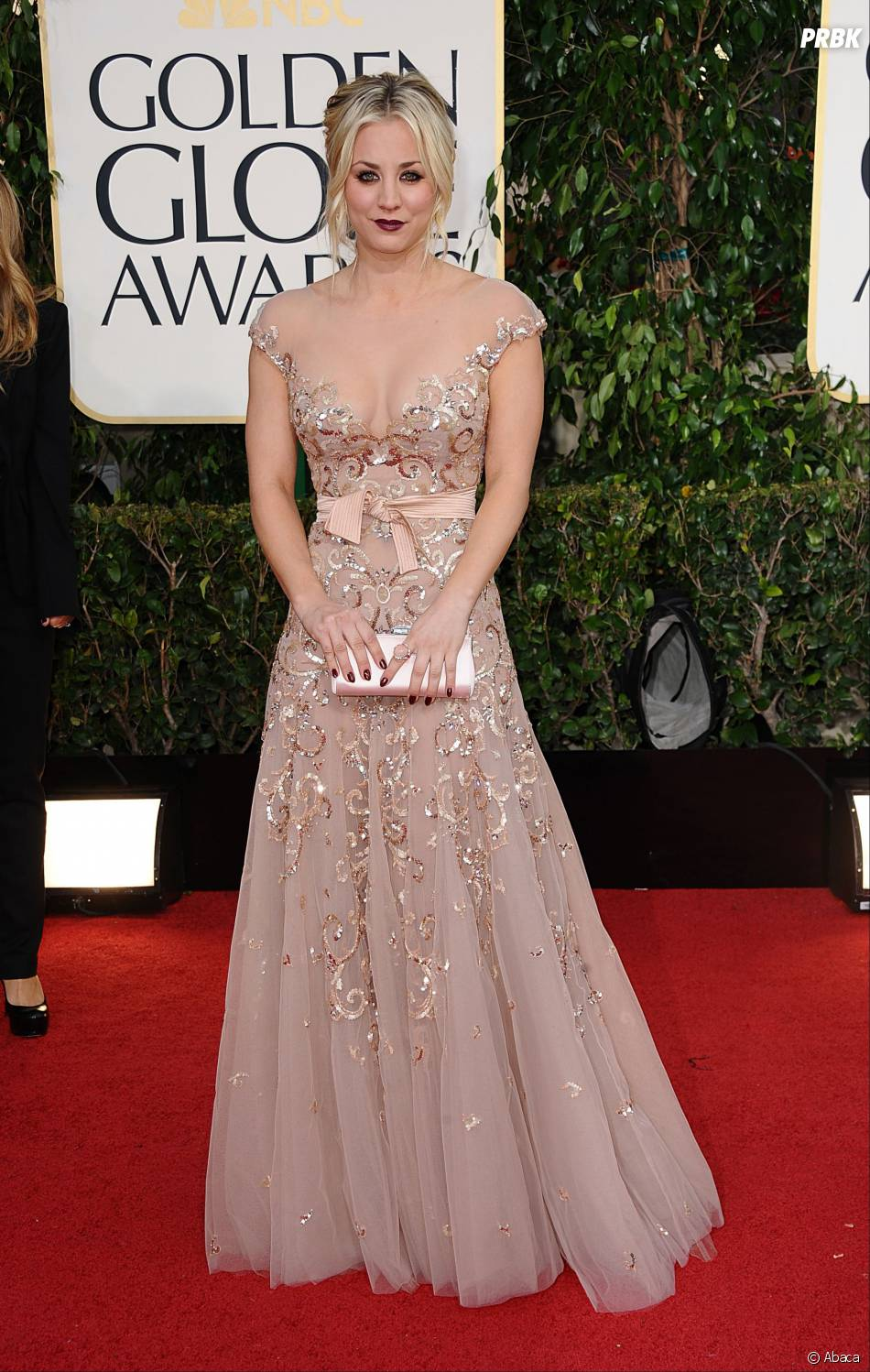 Kaley Cuoco sexy aux Golden Globes