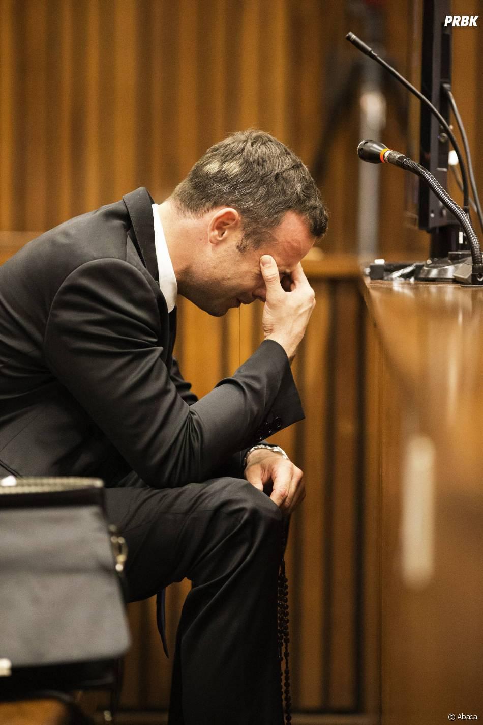 Oscar Pistorius en larmes dans le box des accusés lors de son procès pour meurtre, le 6 mars 2014, à Pretoria.
