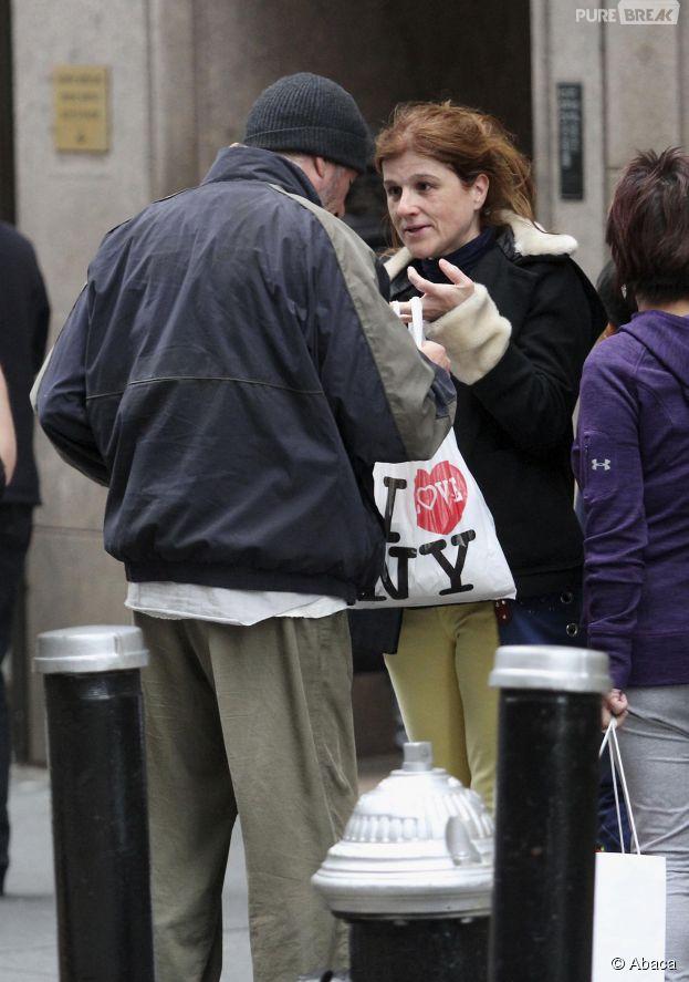 Richard Gere reçoit une part de pizza de la part d'une touriste française, sur le tournage de son prochain film à New York, le 22 avril 2014