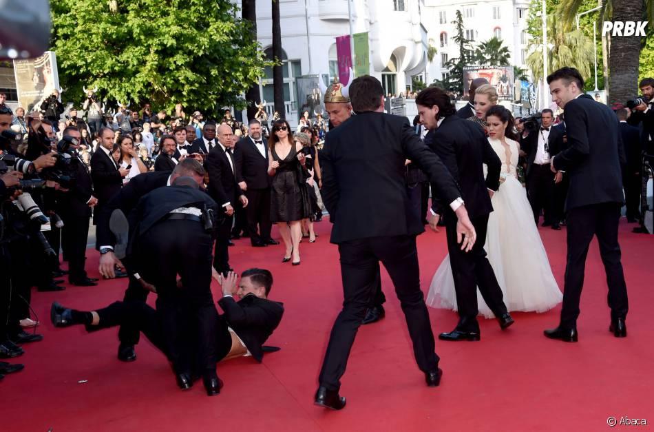 Un homme maîtrisé par les services de sécurité après s'être incrusté sur le tapis rouge du Festival de Cannes, le 16 mai 2014