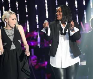 Sophie-Tith et Yseult sur le plateau de la finale de Nouvelle Star 2014