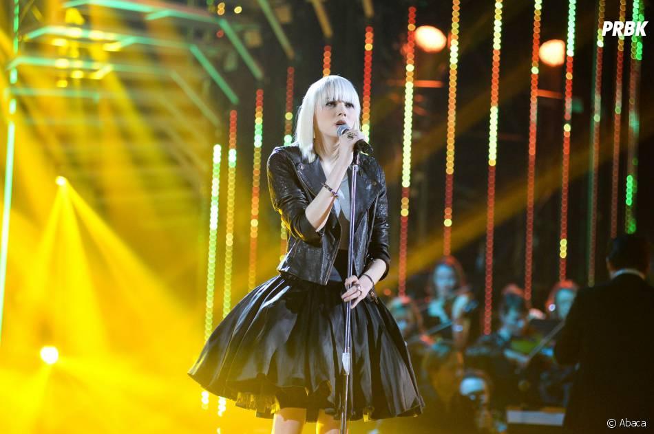 Sophie-Tith blonde pendant la finale de Nouvelle Star 2014