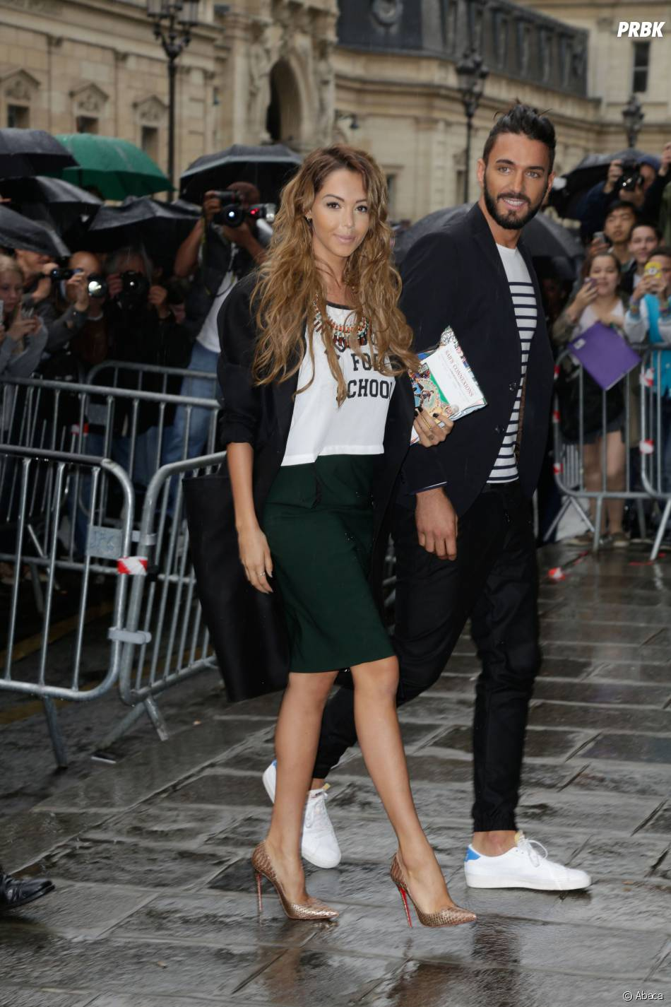 Nabilla Benattia et Thomas Vergara arrivent au défilé Haute Couture automne-hiver 2014/2015 de Jean-Paul Gaultier, le 9 juillet 2014