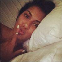 Ayem Nour : selfie au lit et sans maquillage