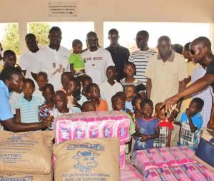 Mamadou Sakho apporte de la nourriture au Sénégal