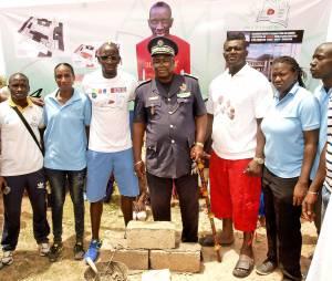 Mamadou Sakho pose la première pierre d'un complexe sportif au Sénégal
