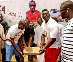 Mamadou Sakho pose la première pierre d'un centre sportif au Sénégal