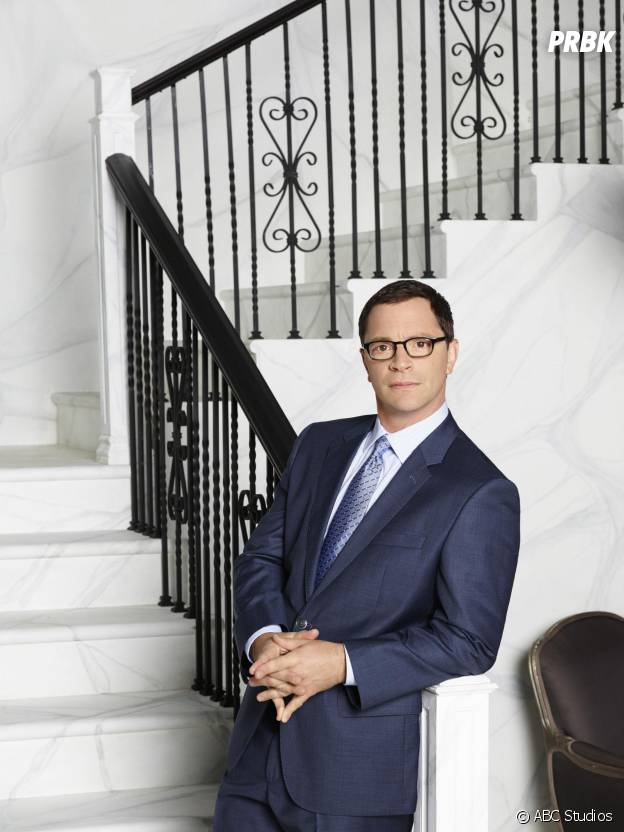 Scandal saison 4 : Joshua Malina (David) sur une photo promotionnelle