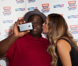 Issa Doumbia, présentateur des Trace Music Awards 2014 avec Clara Morgane