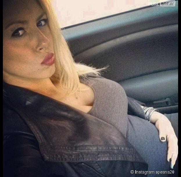 Stéphanie Clerbois exhibe une nouvelle fois son baby bump sur Instagram