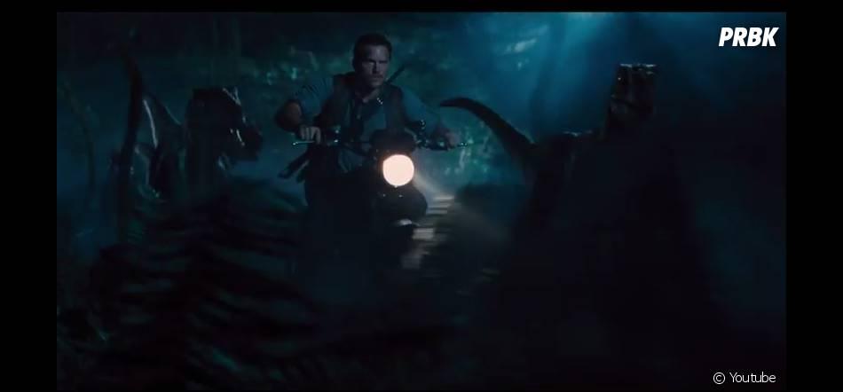 Jurassic World : Chris Pratt entouré de vélociraptors
