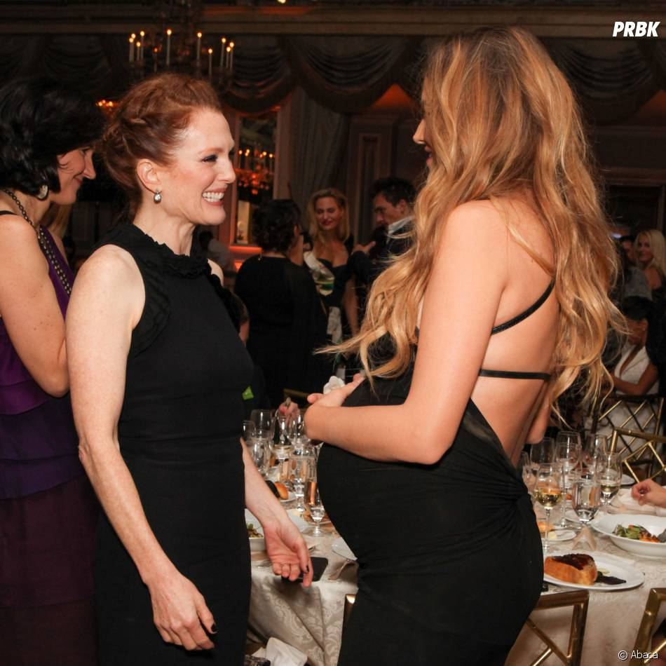 Blake Lively et Julianne Moore en pleine discussion à la soirée Women of Worth de L'Oreal, le 2 décembre 2014 à New York
