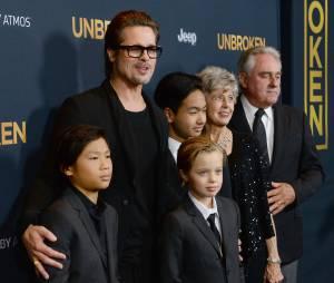 Brad Pitt, ses enfants Pax, Shiloh et Maddox, et ses parents Jane et William Pitt, sur le tapis rouge de l'avant-première d'Invincible (Unbroken) à Los Angeles, le 15 décembre 2014