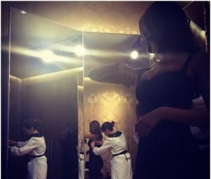 Zahia Dehar : robe moulante et décolletée à Milan en janvier 2015