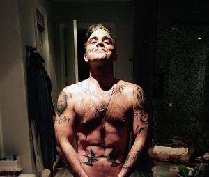 Robbie Williams pose nu sur Twitter, le vendredi 13 février 2015