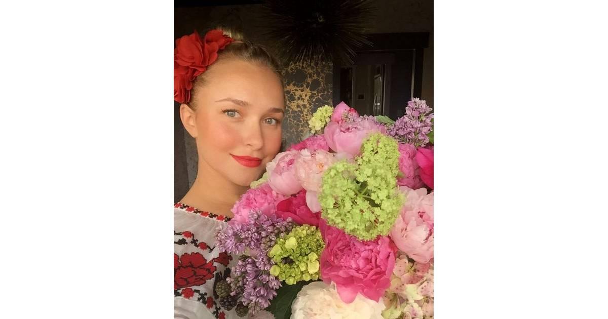 Hayden panettiere son valentin lui offre des fleurs le for Offre des fleurs