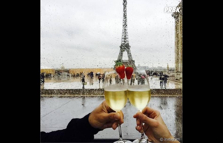 Marine Lorphelin et son petit ami Zack Dugong devant la Tour Eiffel pour la Saint Valentin, 14 février 2015