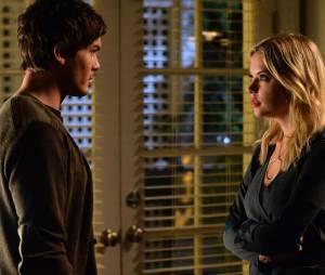Pretty Little Liars saison 5, épisode 22 : Hanna (Ashley Benson) et Caleb (Tyler Blackburn) sur une photo