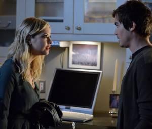 Pretty Little Liars saison 5, épisode 22 : Caleb (Tyler Blackburn) et Hanna (Ashley Benson) sur une photo