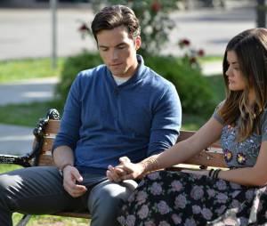 Pretty Little Liars saison 5, épisode 22 : Ian Harding et Lucy Hale sur une photo