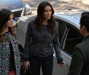Pretty Little Liars saison 5, épisode 22 : Aria ( Lucy Hale) et Emily (Shay Mitchell) sur une photo