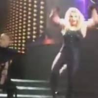 Britney Spears perd ses extensions pendant un concert à Las Vegas