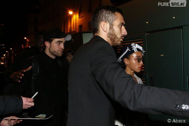 Robert Pattinson et FKA Twigs bien entourés à Paris le 4 mars 2015
