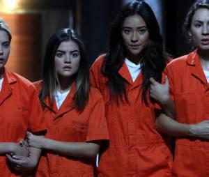 Pretty Little Liars saison 5, épisode 25 : photo de Hanan (Ashley Benson), Aria (Lucy Hale), Emily (Shay Mitchell) et Spencer (Troian Bellisario)