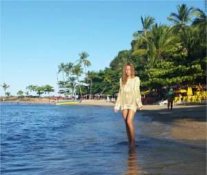 Elodie Fontan sexy au bord de la mer au Brésil