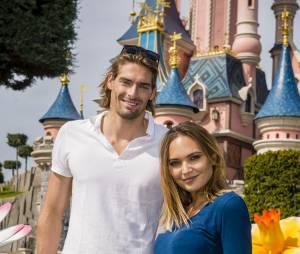 Camille Lacourt et Valérie Bègue complices à Disneyland Paris, le 12 avril 2015