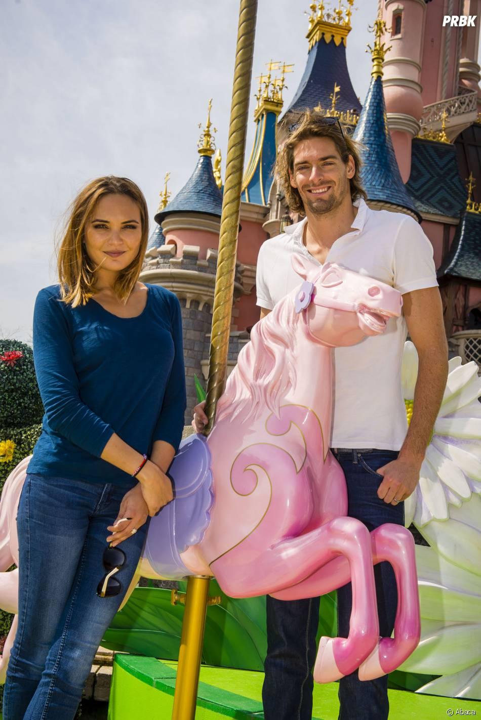 Camille Lacourt et Valérie Bègue amoureux à Disneyland Paris, le 12 avril 2015