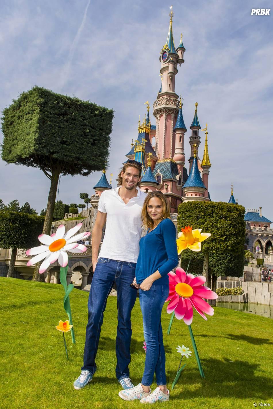 Camille Lacourt et Valérie Bègue se sont rendus à Disneyland Paris, le 12 avril 2015