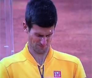 Novak Djokovic attaqué par un bouchon de champagne après sa victoire au tournoi de Rome, le dimanche 17 mai 2015