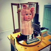 Un bébé coincé dans un tube : la photo qui agite le web