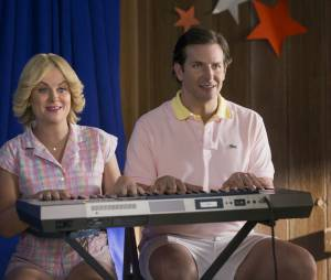 Wet Hot American Summer, First Day of Camp : Amy Poelher et Bradley Cooper sur une photo