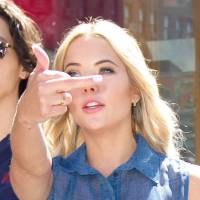 Ashley Benson : un doigt d'honneur aux paparazzi à New York... pour s'amuser ?