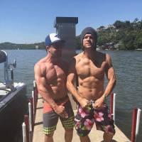Stephen Amell (Arrow) torse nu et musclé pour la bonne cause