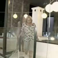Myriam Abel (Les vacances des Anges) se prend une porte vitrée en pleine tête